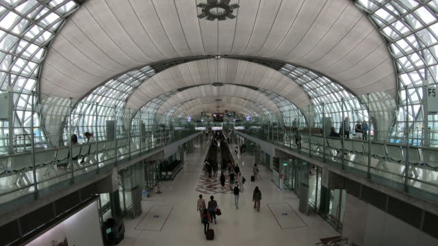 abflugterminal am flughafen, bkk thailand - flugpassagier stock-videos und b-roll-filmmaterial