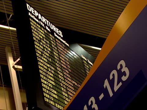 vídeos y material grabado en eventos de stock de ms, la, departures board, los angeles international airport, los angeles, california, usa - escritura occidental