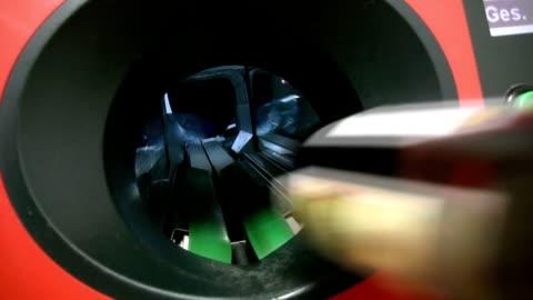 stockvideo's en b-roll-footage met deposit bottle machine - recycling