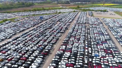 stockvideo's en b-roll-footage met depot van nieuwe auto's klaar om te worden verdeeld - economie