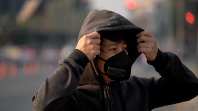 SLO MO Depress Man trägt Schadstoffmaske im Verkehr