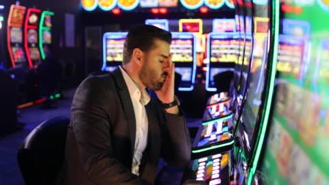 vídeos y material grabado en eventos de stock de el hombre de negocios deprimido está preocupado después de perder su dinero en juegos de azar - derrota