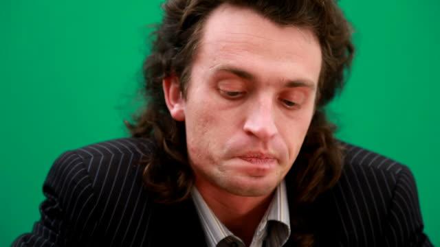 vidéos et rushes de vieillard déprimé homme d'affaires avec verre de whisky - chagrin