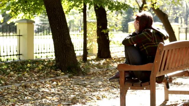 vídeos de stock, filmes e b-roll de deprimido garota - tristeza