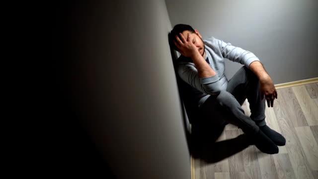 vídeos y material grabado en eventos de stock de hombre solitario deprimido - luto