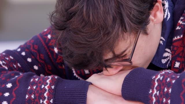 vídeos y material grabado en eventos de stock de gritos adolescentes tristes deprimidas - bullying