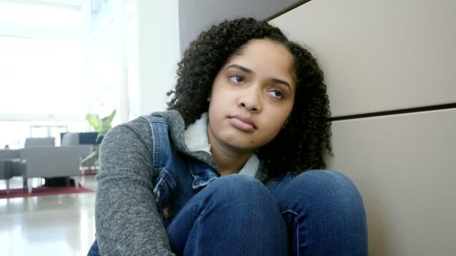 vídeos de stock, filmes e b-roll de adolescente deprimida aguarda a escola começar - adolescentes meninas