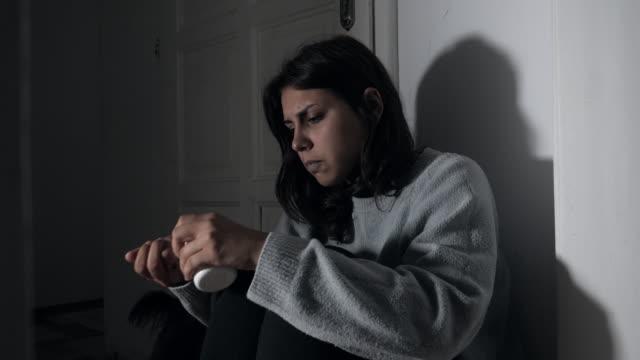 donna depressa тakes а grande quantità di pillole, una giovane donna sta cercando di suicidarsi - dependency video stock e b–roll
