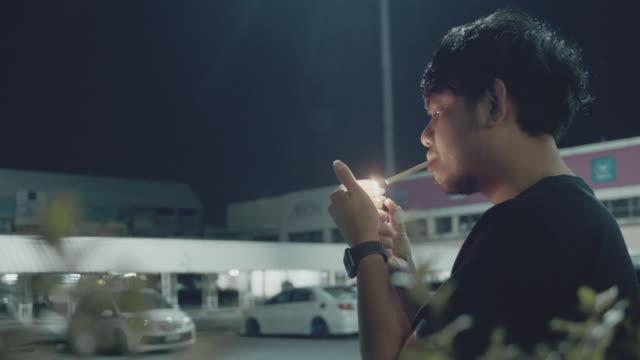 depressiver junger mann - zigarette stock-videos und b-roll-filmmaterial