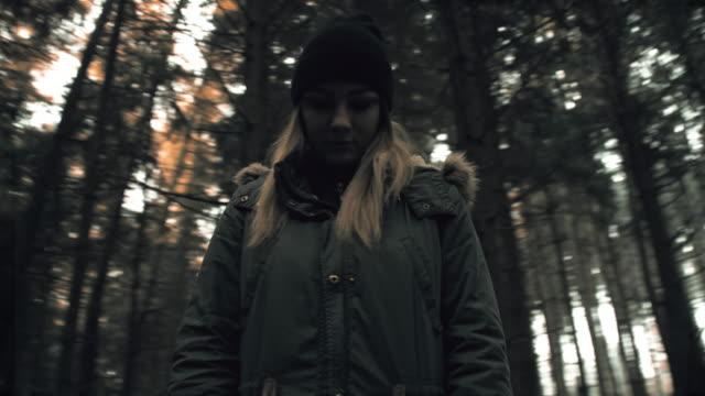 Deprimida mujer joven en el bosque