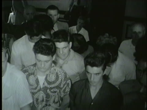 vidéos et rushes de deputies seize 21 teenagers drinking at a party at koffee kup on aug 29 1953 - 1953