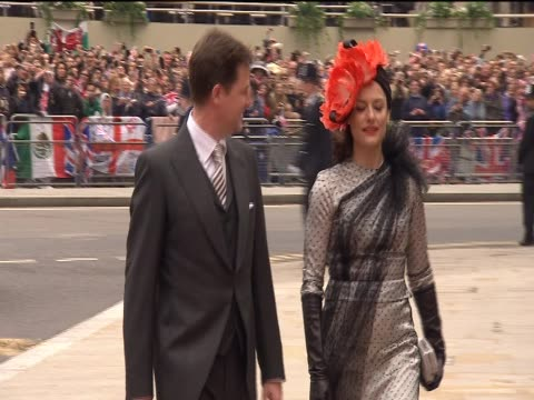 vídeos de stock, filmes e b-roll de deputy prime minister nick clegg and wife miriam arrive at westminster abbey for the royal wedding of prince william and catherine middleton - papel em casamento