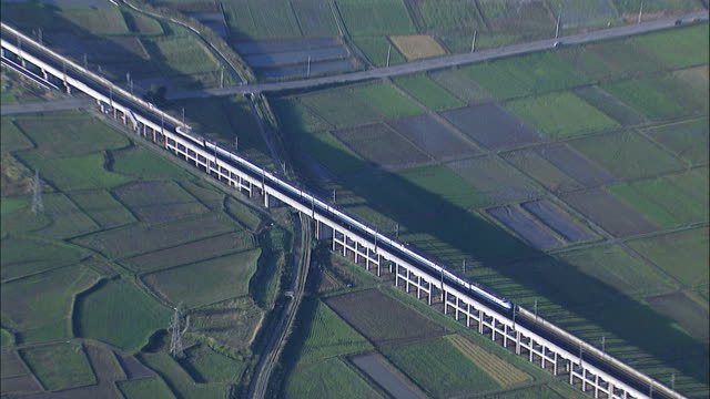 derailed joetsu shinkansen awaits repair after the chuetsu earthquake. aerial-shot - 脱線点の映像素材/bロール