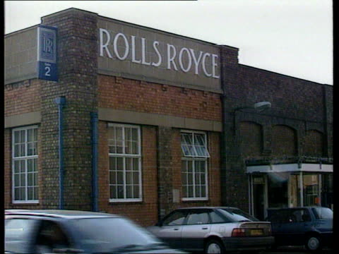 derby: ext angle gv front of rolls-royce factory section of building with name 'rolls royce' ditto with name 'aero engines' gv workers towards thru... - ロールスロイス点の映像素材/bロール