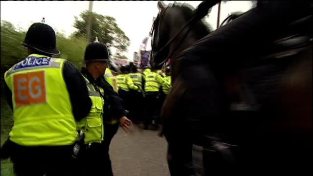 vídeos de stock, filmes e b-roll de derbyshire codnor ext various gvs of police clashing with antifascist demonstrators protesting against the bnp annual festival police trying to hold... - stop placa em inglês