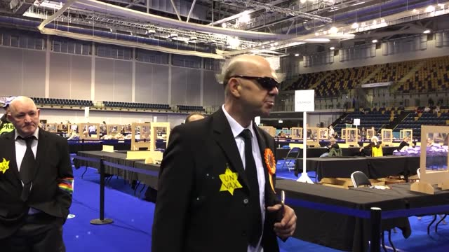stockvideo's en b-roll-footage met derek jackson, the liberal party candidate in glasgow southside, denies making nazi salutes as he enters the count venue - claiming it is a sign of... - assertiviteit