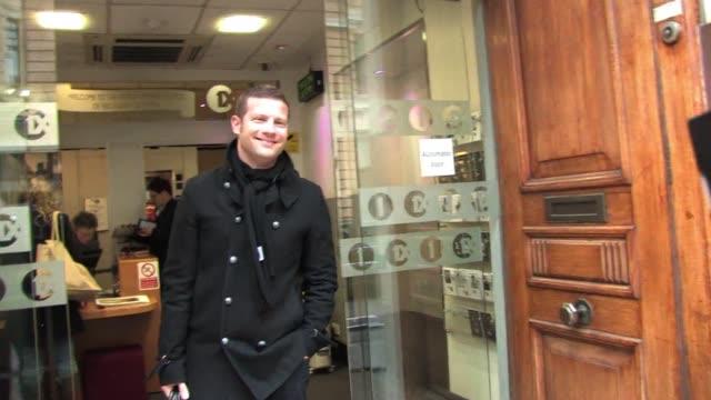 vídeos y material grabado en eventos de stock de dermot o'leary visits bbc radio one as part of their current promotions. sighting: dermot o'leary at bbc radio one studios on january 24, 2011 in... - bbc radio