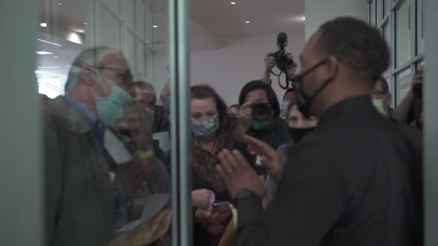 derone buffington, a poll manager, speaks to poll challengers who were not allowed to enter the ballot counting room because of overcapacity... - zählen stock-videos und b-roll-filmmaterial