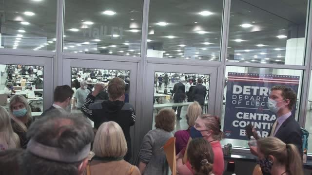 vídeos de stock e filmes b-roll de derone buffington, a poll manager, speaks to poll challengers who were not allowed to enter the ballot counting room because of overcapacity... - escrutínio