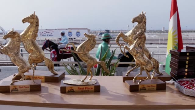vídeos de stock, filmes e b-roll de des jockeys venus de tout l'irak participent a une course a de chevaux a erbil capitale du kurdistan iraken - irak