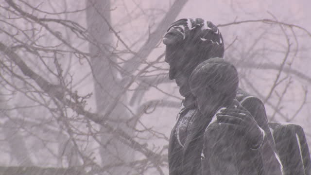 des moines, ia, u.s. - a pioneer statue and lincoln and tad statue in heavy snowfall on monday, january 25, 2021. a total of 12.6 inches was reported... - male likeness stock videos & royalty-free footage