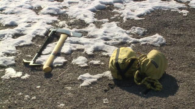 vídeos y material grabado en eventos de stock de des moines, ia, u.s. - fire departments equipment during ice rescue training on thursday, january 21, 2021. - artículo de montañismo