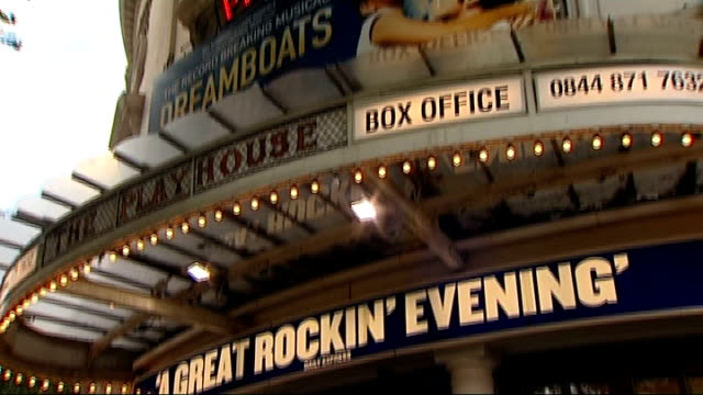 des o'connor makes his west end debut in 'dreamboats and petticoats' england london ext reporter to camera poster outside playhouse theatre promoting... - 登場点の映像素材/bロール