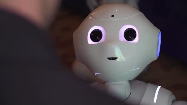 Desarrolladores en la CES apuestan por robots que interpreten las emociones humanas e interactuan con las personas incluso algunos proponen...