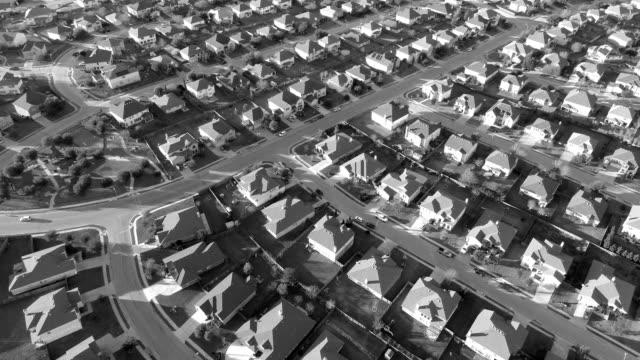 Entsättigt schwarz-weiß Effekt Aerial Drone Blick auf Vorort Nachbarschaft mit perfekten Boxen der Häuschen in perfekte Reihen