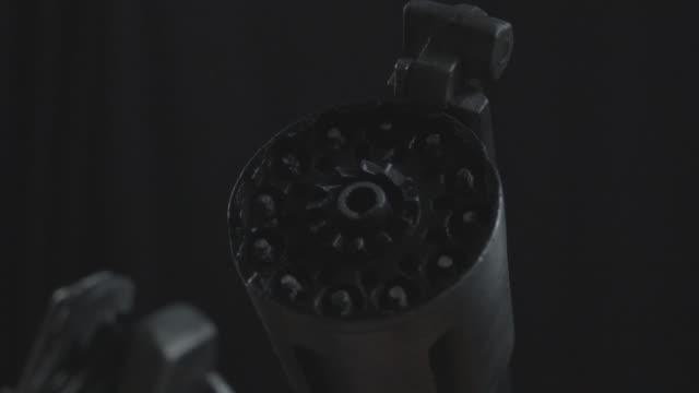 vidéos et rushes de pistolet désaturé et fond noir tourné - braqueur de banque
