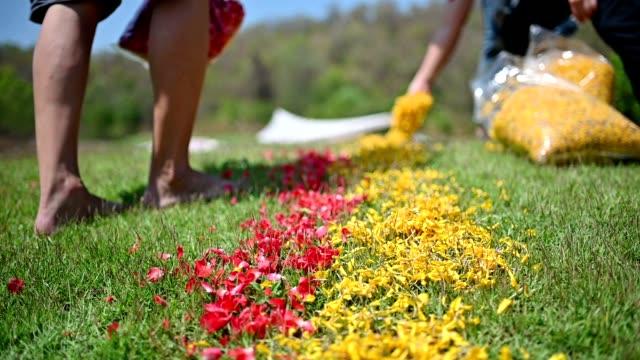 Nakomelingen besprenkeling bloemen op Chinese Grave in Qingming Festival