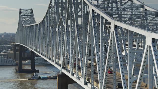descending aerial shot crescent city connection bridge, new orleans - kantilever bildbanksvideor och videomaterial från bakom kulisserna