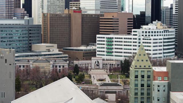 vídeos y material grabado en eventos de stock de descending aerial shot of civic center park and denver art museum in spring - edificio gubernamental