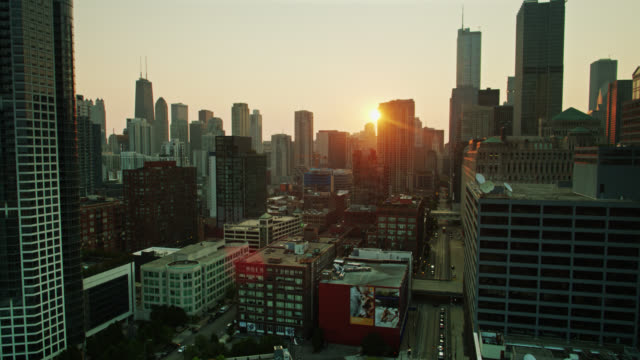 descending drone shot of chicago loop at sunrise - willis tower stock videos & royalty-free footage