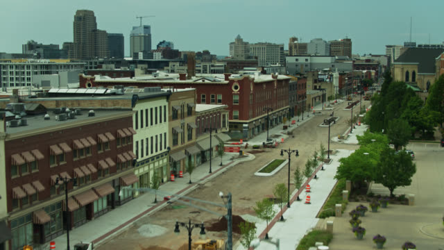 descending drone shot of downtown grand rapids, michigan - road signal stock videos & royalty-free footage