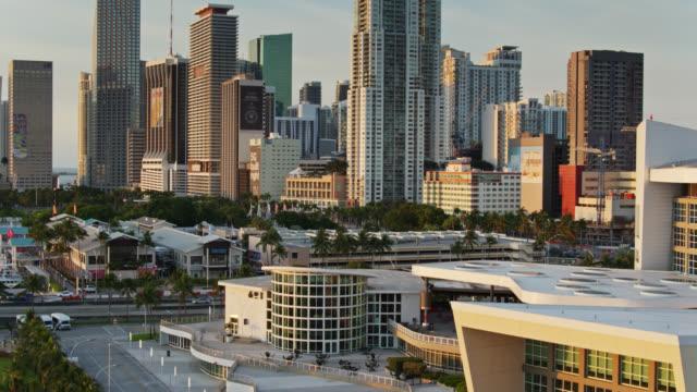 vídeos y material grabado en eventos de stock de descending drone shot of downtown miami and the aa arena at sunrise - bahía de biscayne