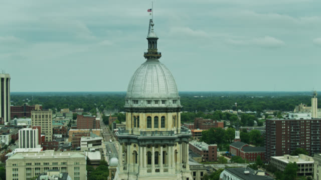 descending drone shot of illinois state capitol - local government building stock videos & royalty-free footage
