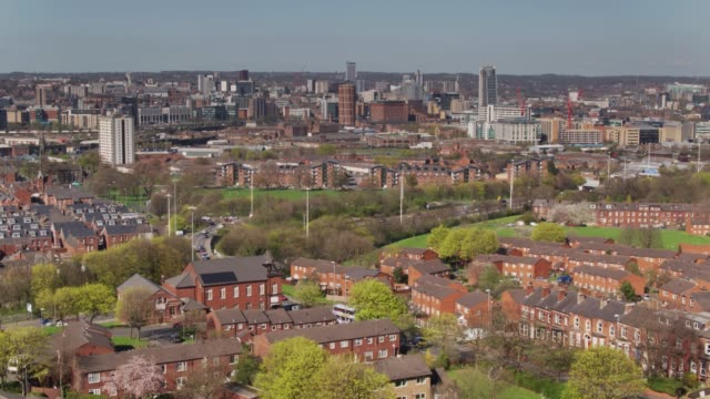 stockvideo's en b-roll-footage met aflopende drone shot van het stadscentrum van leeds en holbeck - leeds