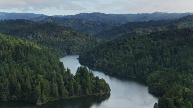 ローモンド湖貯水池の降下ドローンショット、サンタクルス、カリフォルニア州 - カリフォルニア州サンタクルーズ点の映像素材/bロール
