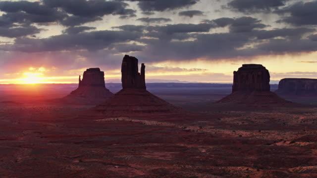 日出紀念碑谷無人機射擊 - 自然奇觀 個影片檔及 b 捲影像