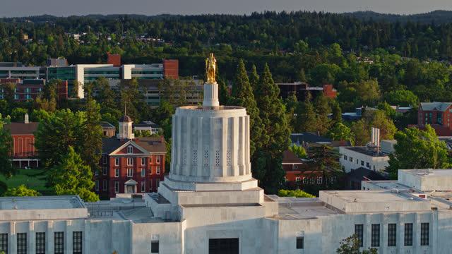 vídeos de stock e filmes b-roll de descending drone shot of oregon state capitol building at sunset - oregon estado dos eua