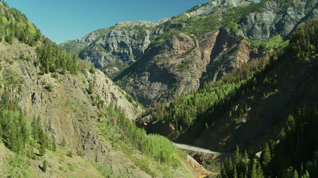 vídeos y material grabado en eventos de stock de disparo de drone descendente de red mountain pass entre ouray y ironton, colorado - ruta de montaña