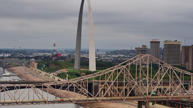 fallande drone shot av st louis broar och gateway arch - jefferson national expansion memorial park bildbanksvideor och videomaterial från bakom kulisserna