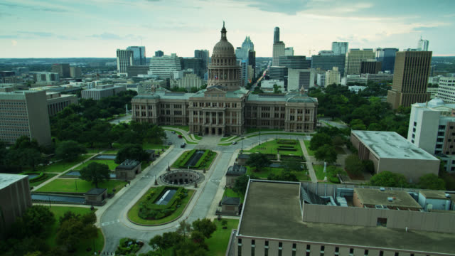 descending drone shot of the texas state capitol building - texas state capitol building stock videos & royalty-free footage