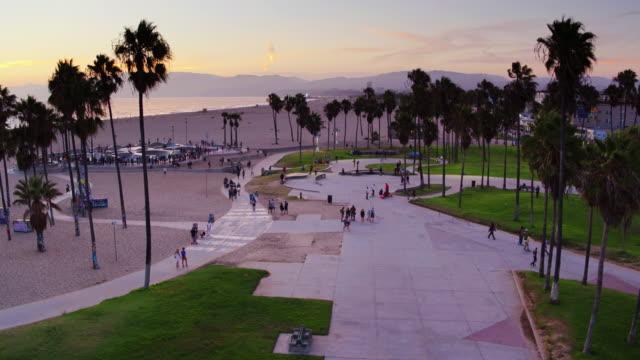 夕暮れ時ベニス ビーチ スケートパークのドローン ショットを降順 - カリフォルニア州 ベニス点の映像素材/bロール