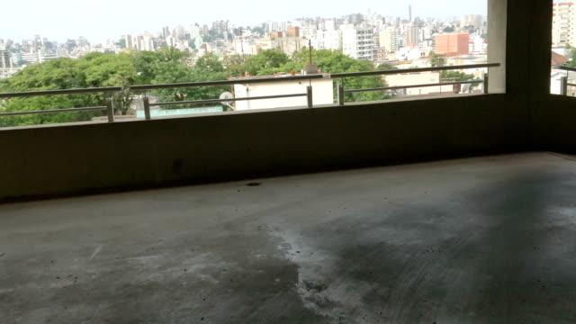 vídeos y material grabado en eventos de stock de bajando pisos de estacionamiento - puerta estructura creada por el hombre
