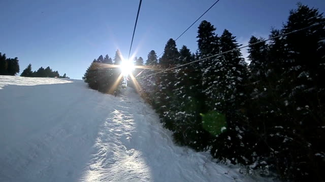 vídeos y material grabado en eventos de stock de descendiendo de la cima de la montaña, b rodillo - chaqueta de esquiar