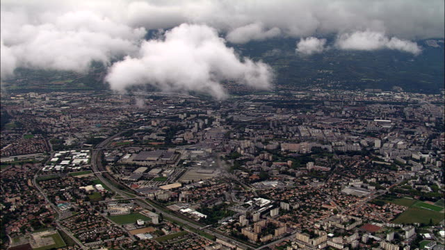 vídeos de stock, filmes e b-roll de descer por nuvens de grenoble-vista aérea-ródano-alpes, isère, arrondissement de grenoble, frança - rhône alpes