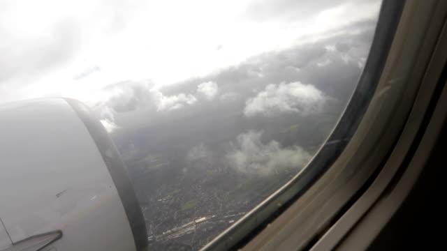 vídeos de stock e filmes b-roll de descending with an airplane - acidente de avião