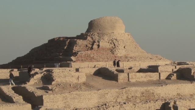desconocida para el mundo la antigua y enorme ciudad de mohenjo daro en pakistan esta recibiendo la atencion de un equipo de arqueologos... - arqueologia stock videos & royalty-free footage